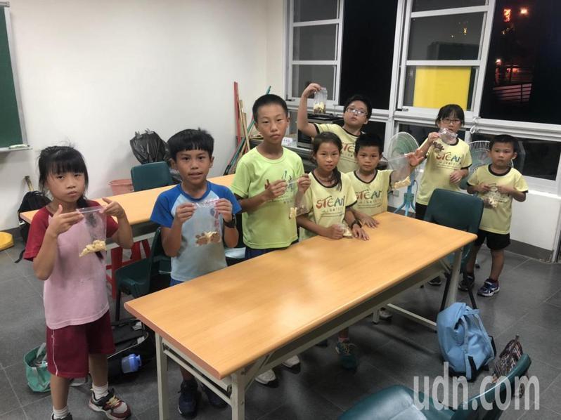 台南市新南國小夜光天使班教學生做餅乾,提升生活自理能力。記者鄭惠仁/攝影