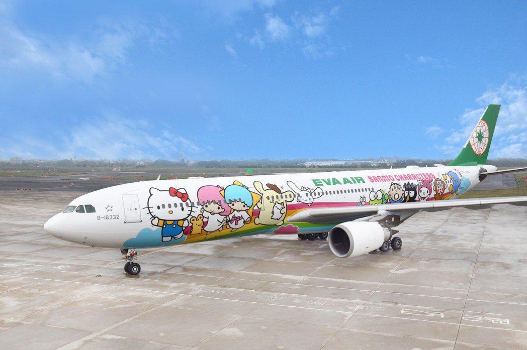 長榮航空「類出國專案航班2.0-高雄限定」,由彩繪雙機-「夢想機」及「郊遊機」聯...