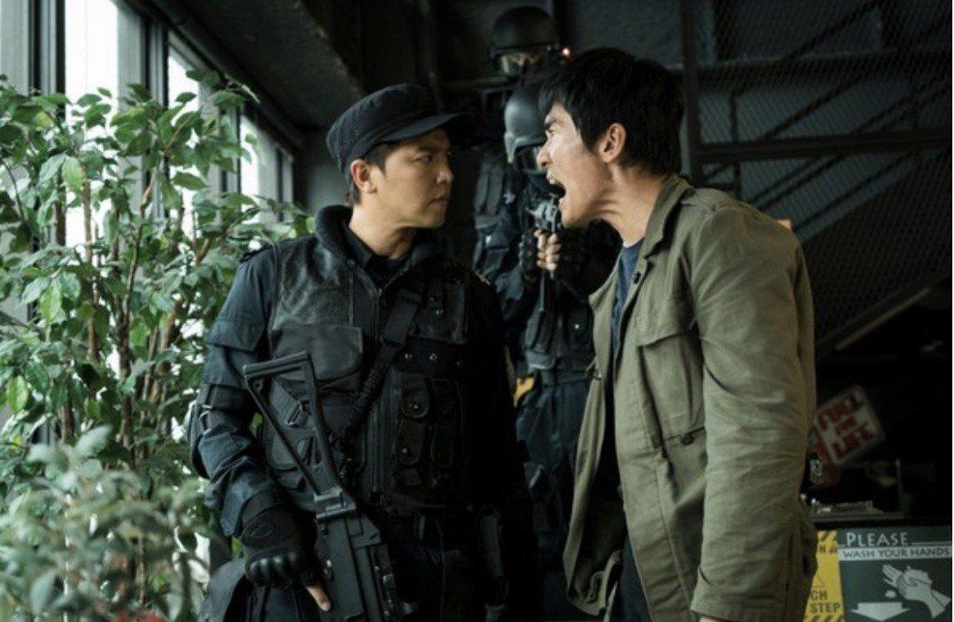 小鬼黃鴻升(左)在「獵夢特工」劇中演出特勤隊長,和楊一展對峙畫面。圖/:HBO ...