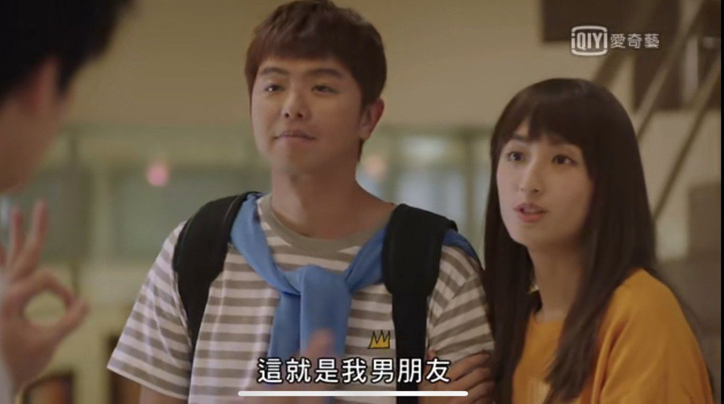 小鬼黃鴻升在「想見你」戲中飾演柯佳嬿的學長男友。圖/摘自愛奇藝台灣站