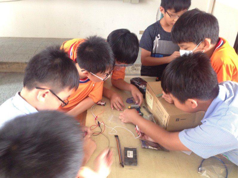 新竹縣10所學校通過清大STEAM預備學校認證,課程是透過實作引導學生接觸科技。圖/縣府提供
