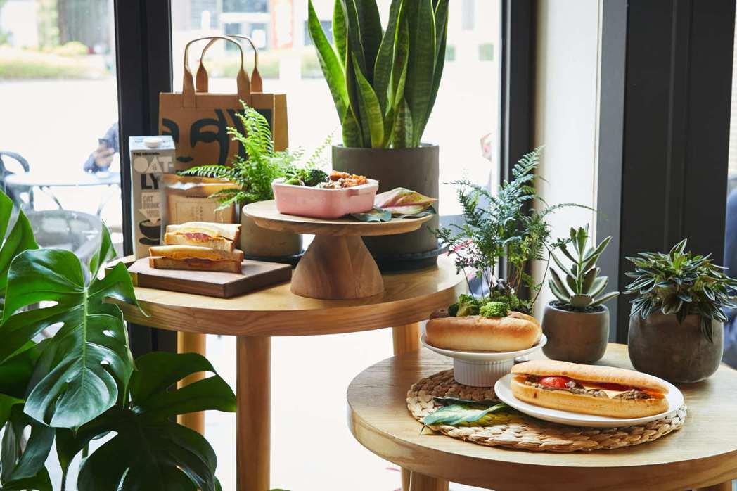 台灣星巴克16日宣布,發起全新蔬食計畫,即日起全門市同步上市「OATLY咖啡師燕...
