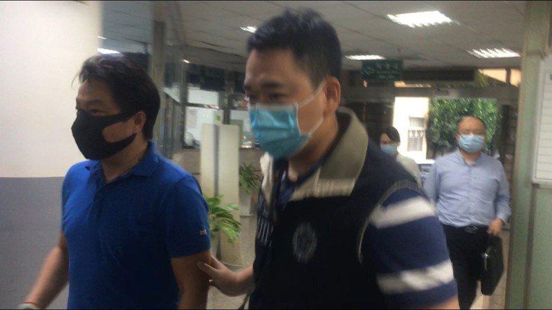 勤達公司負責人廖庸傑(左)今天傍晚被移送新北地檢署複訊。記者陳俊智/攝影