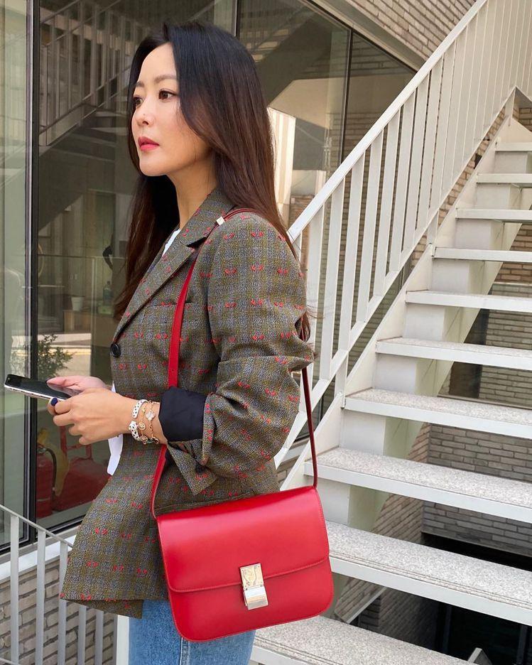 近期演出「Alice」韓劇的金喜善選搭亮眼的紅色Classic包款。圖/取自IG