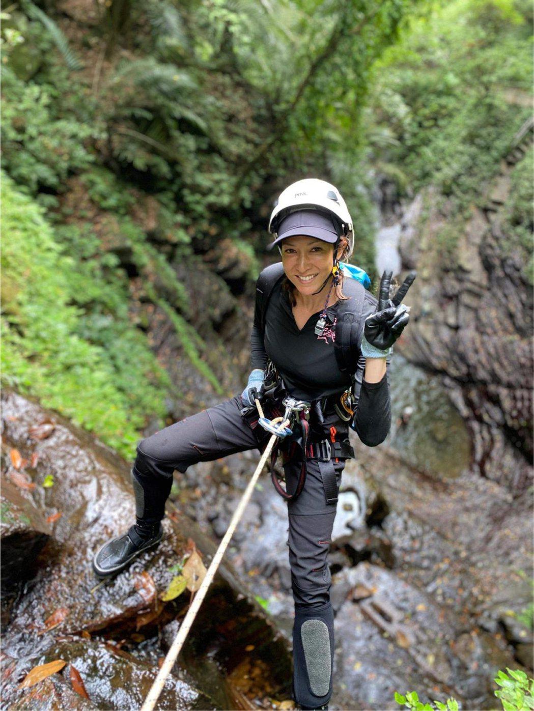 李詠嫻挑戰13層樓高瀑布溪降。圖/艾迪昇傳播提供