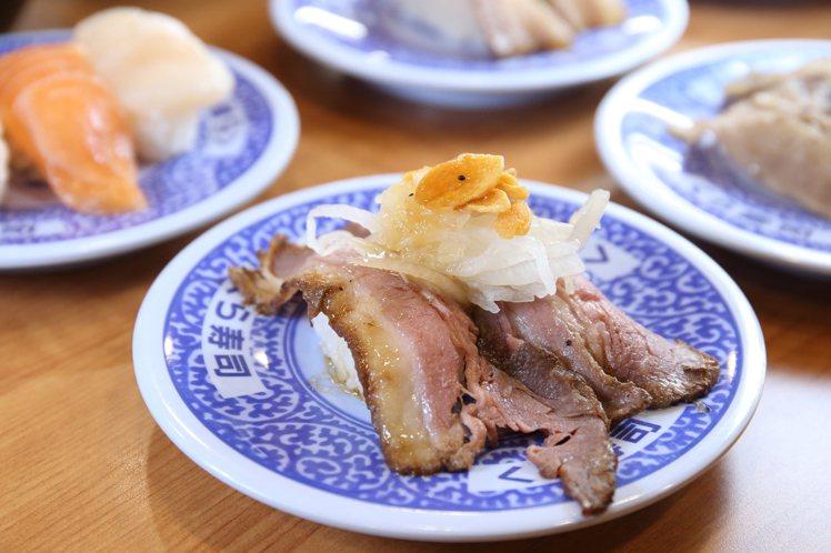 藏壽司本次推出直火爐烤牛肉壽司,每盤40元。記者陳睿中/攝影