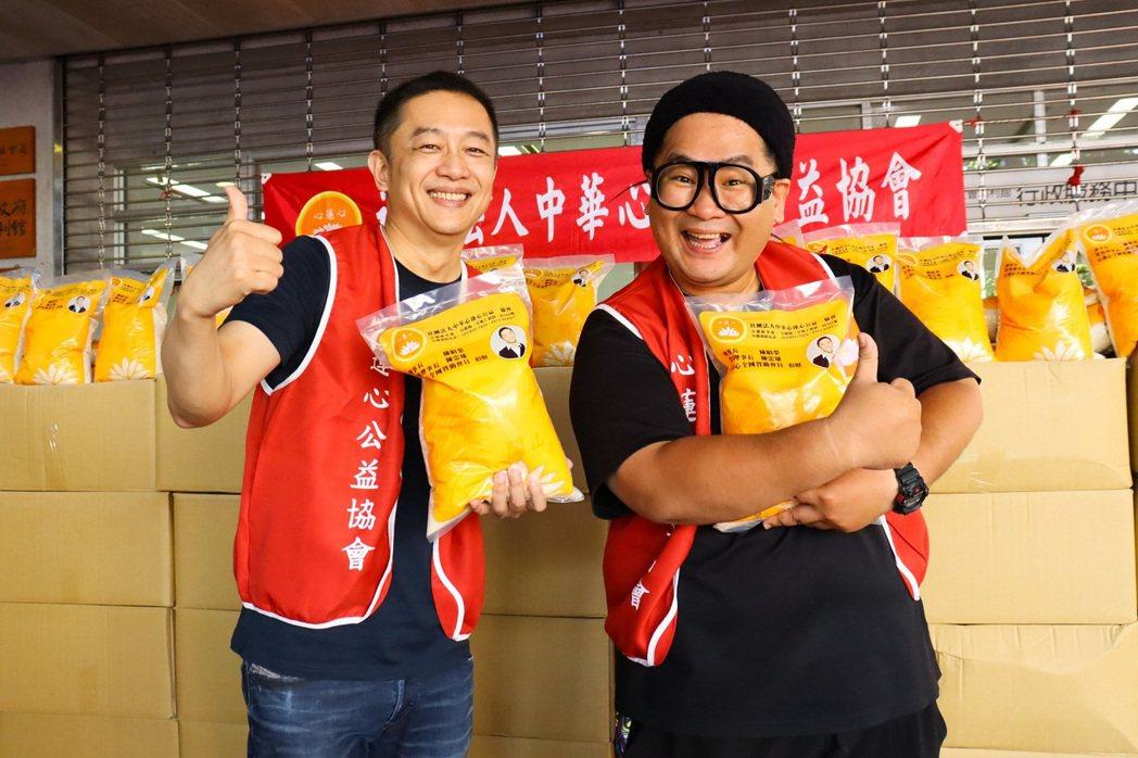 陳昭榮(左)以中華心蓮心公益協會理事長身分前往宜蘭縣政府社會處進行白米捐贈儀式。