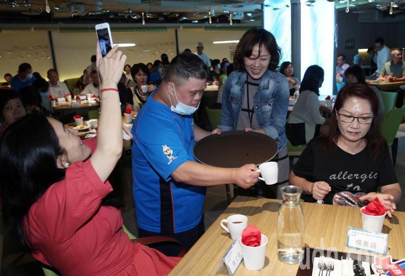 「一起關懷自閉症星兒,共同為特奧小英雄致敬」活動下午舉行,除讓自閉兒加入服務行列,學習與外界互動。記者曾吉松/攝影