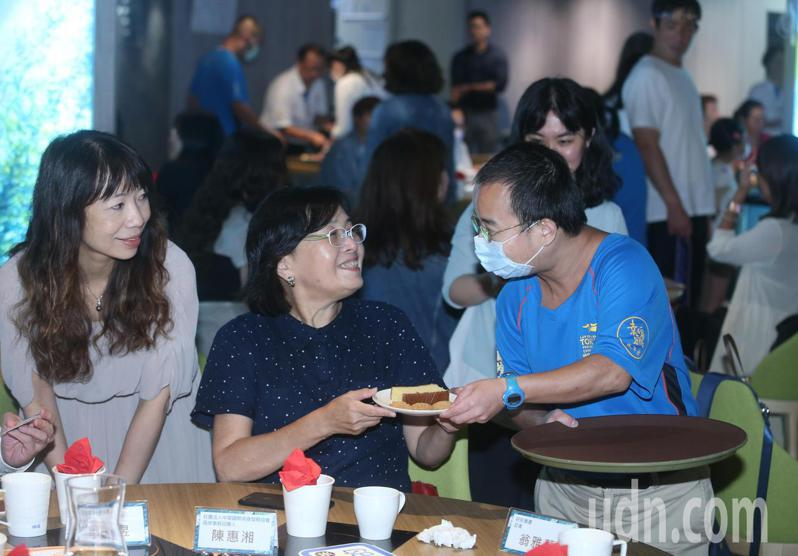 由台灣厚道社會服務聯合會、和自閉症權益促進會和聯合報系文化基金會聯合舉辦「一起關懷自閉症星兒,共同為特奧小英雄致敬」活動 下午舉行,除讓自閉兒加入服務行列,學習與外界互動。記者曾吉松/攝影