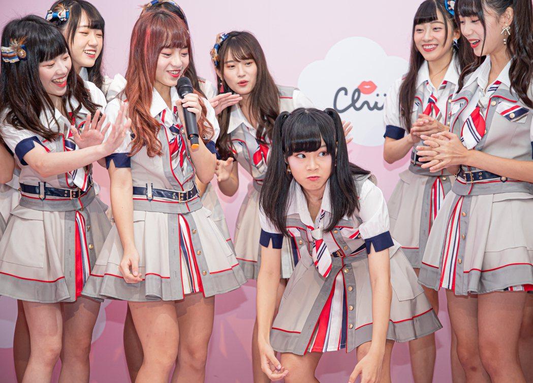 國民女團AKB48 Team 成員周佳郁(右三)扮猩猩維妙維肖。圖/好言娛樂提供