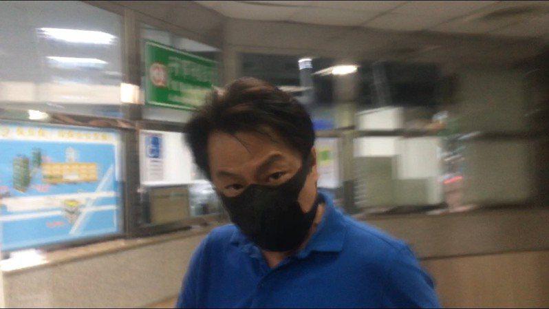 勤達涉嫌將大陸口罩充當大馬口罩販賣,今天被新北檢調約談,負責人廖庸傑經檢察官複訊後,晚間8時以80萬元交保。記者陳俊智/攝影