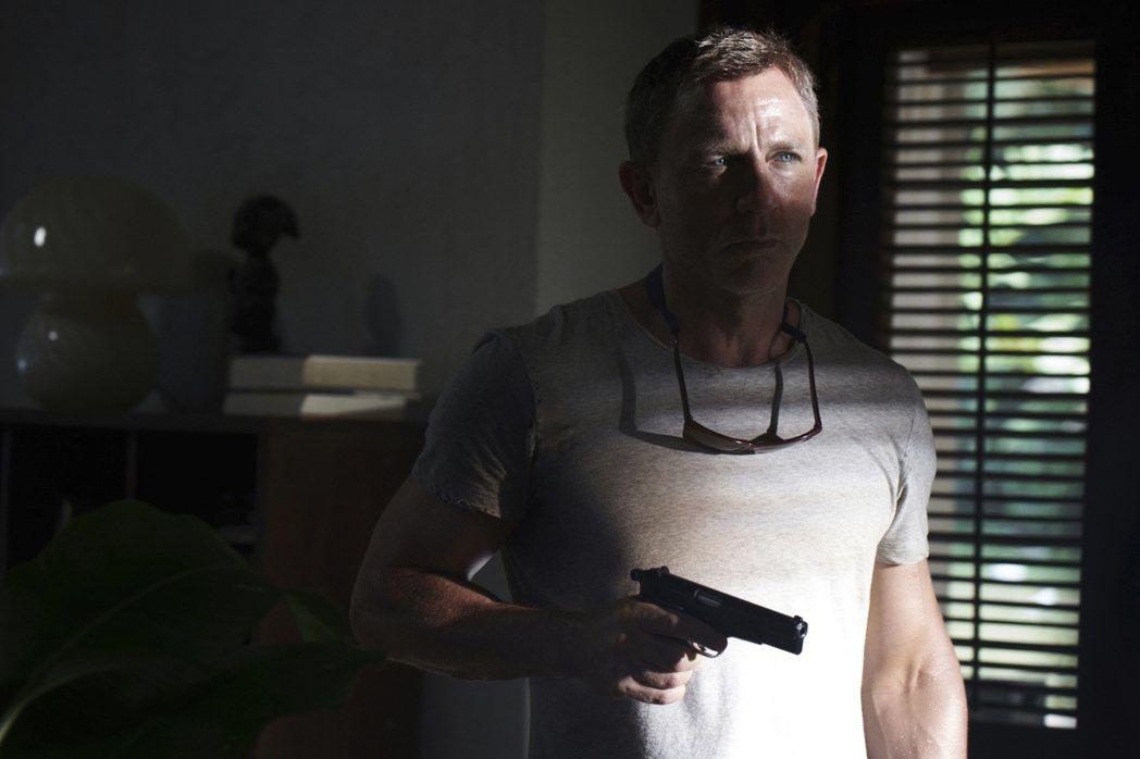 丹尼爾克雷格在「007生死交戰」繼續飾演龐德。圖/UIP提供