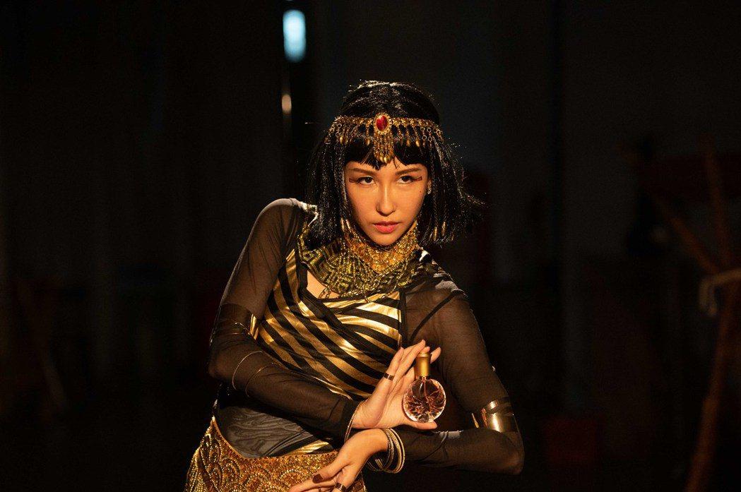 潘嘉麗在劇中為了拍廣告扮而成埃及豔后。圖/TVBS提供