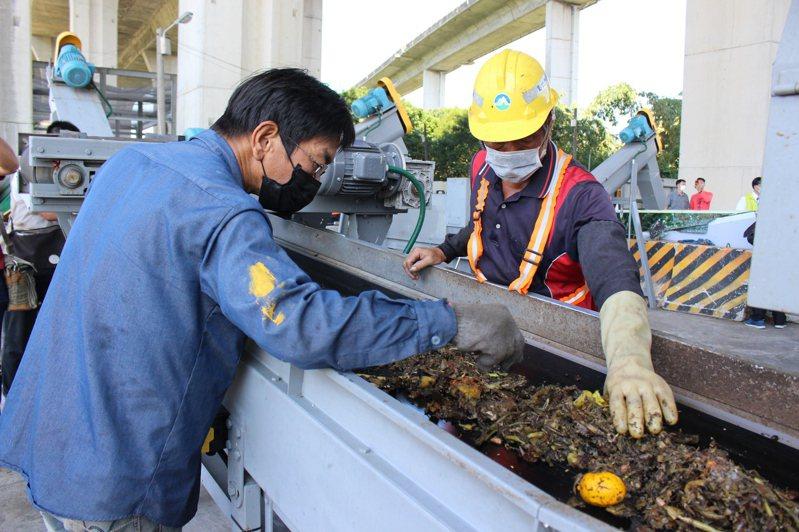 彰化市為能垃圾減量,以往將生廚餘分類出來,做成堆肥。記者林敬家/攝影