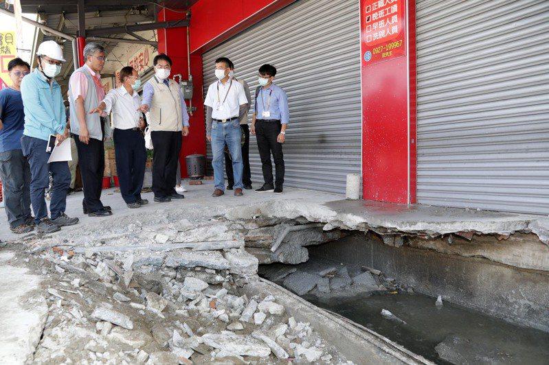 台南永康區中華路日前發生民房塌陷,台南市長黃偉哲(右三)昨天偕同工務局長蘇金安(右四)到場視察。圖/台南市政府提供