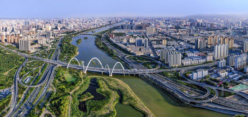 生態治理取得成效,藍天下的太原市區,重現「錦繡太原城」盛景。圖/本報山西太原傳真