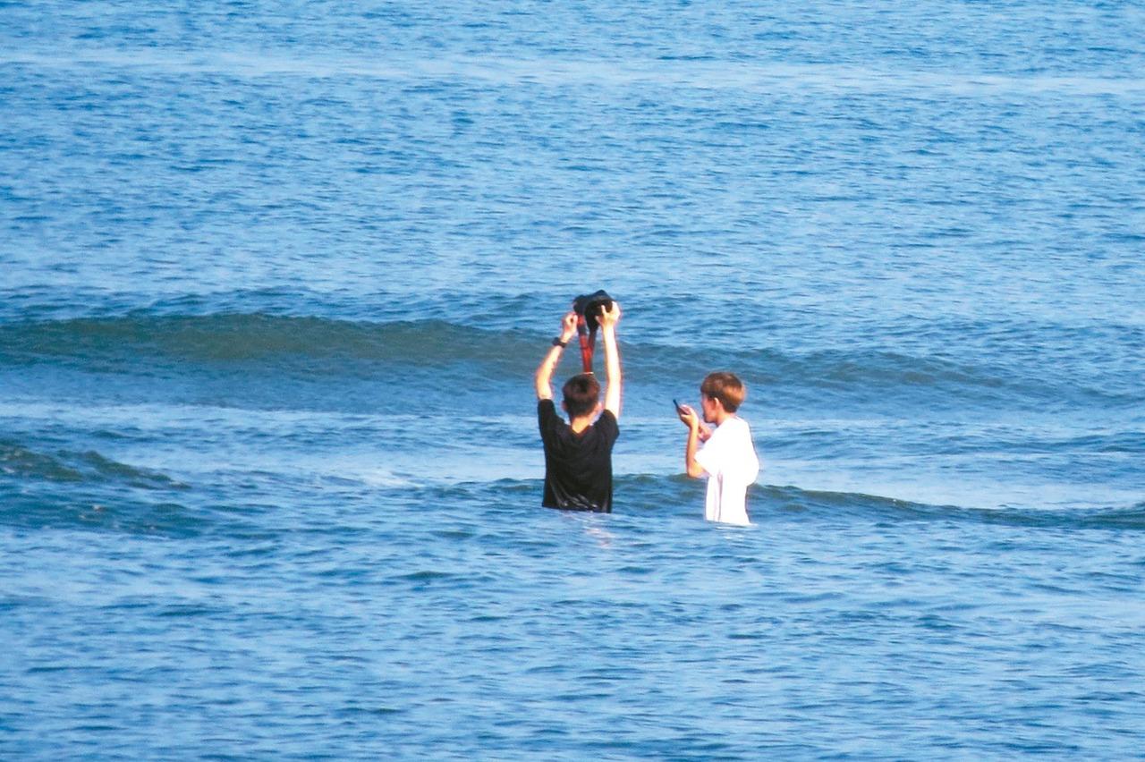 海水暴漲瞬淹頸 2女沙洲驚魂