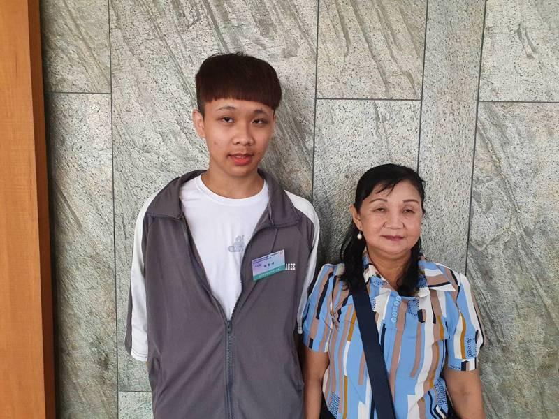 高職生張智琦(左)獲孝行楷模,心願是開餐館扶養母親。記者楊正海/攝影