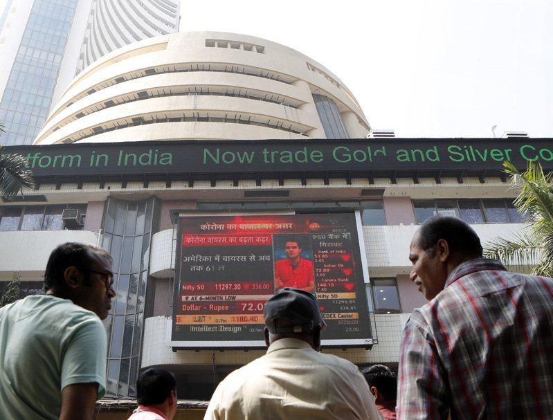 今年來印度公司售股籌資金額創新高,但其公開發行股票(IPO)的籌集金額,卻寫下該國股市5年來最低水準。路透