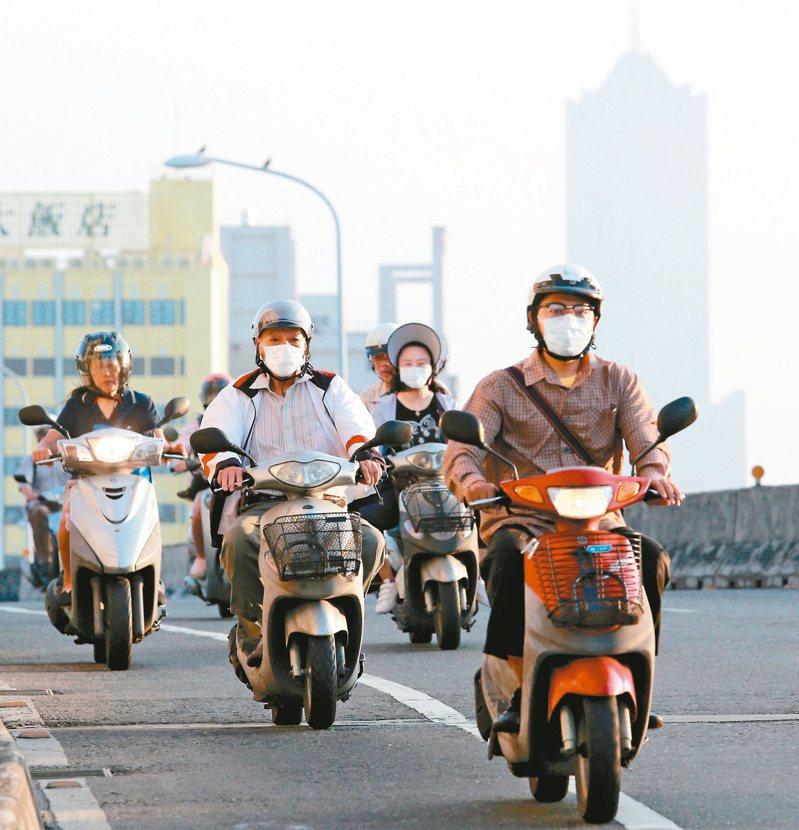 中南部是空汙重災區,環團質疑「一個台灣、兩個天空」。高雄空汙嚴重時,地標八五大樓常隱沒在灰濛濛的空氣中。圖/聯合報系資料照片