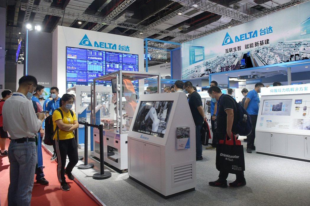 台達電參展2020中國國際工業博覽會,展示的機器人模擬整合平台,強調整合軟硬體研...