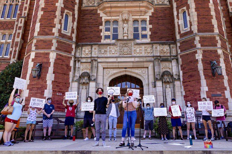 截至14日,全美1190所大專院校中,確診病例超過8.8萬例。圖為奧克拉荷馬大學學生,抗議校方防疫準備不足。 美聯社