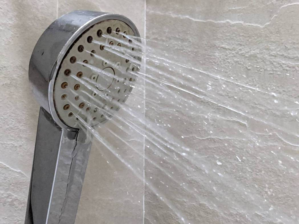 洗澡也會與細菌親密接觸,衛福部桃園醫院護理師陳姵妏提醒要定期更換軟管和蓮蓬頭。記...