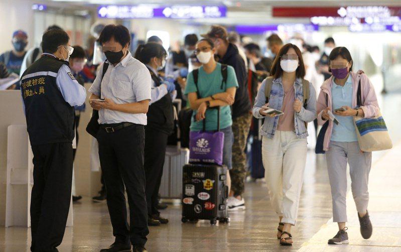 入境旅客是否可攜帶醫用口罩,政府單位各吹各的調。圖/聯合報系資料照片