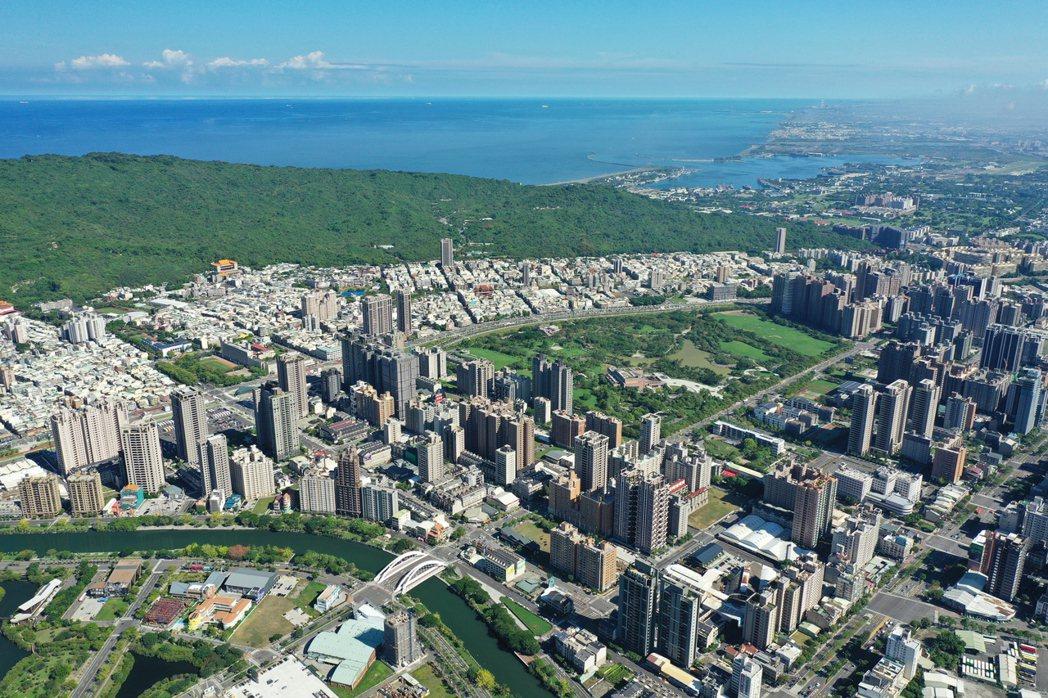 高雄美術館有綠水青山,樹海環繞,媲美世界一流城市。