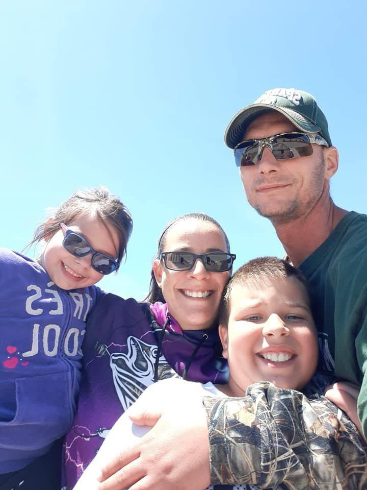 11歲男童洛克(右二)13日晚間隨同家人前往打獵,卻意外被繼父誤認成一隻鹿來射擊,洛克因此中槍倒地,最終送醫不治。圖擷自臉書@Heather Varndell