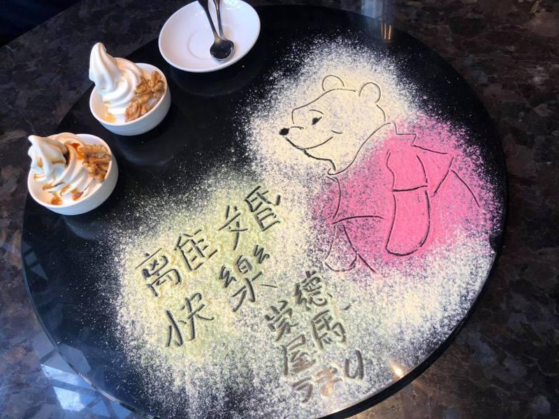 屋馬常依訂位者用餐目的在點心盤上作畫。 圖/翻攝自爆料公社公開版
