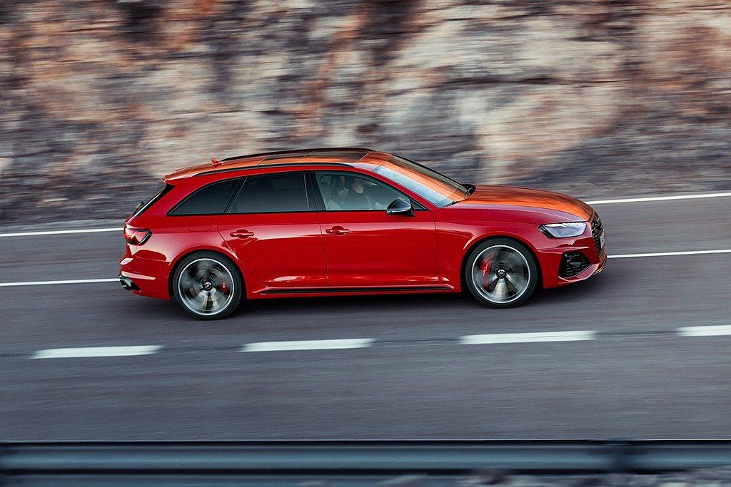 Audi RS 4 Avant車側quattro blister特徵線與銳利肌理...
