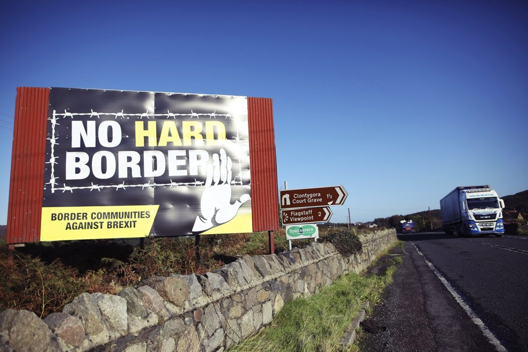 圖為資料照片,貝爾法斯特通往愛爾蘭都柏林的路上,標語寫著:「不要硬邊界(No h...