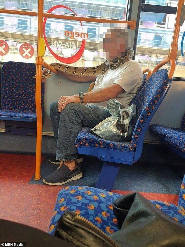 英國這位男子將大蛇當作口罩圍在脖子上。圖擷自Daily News