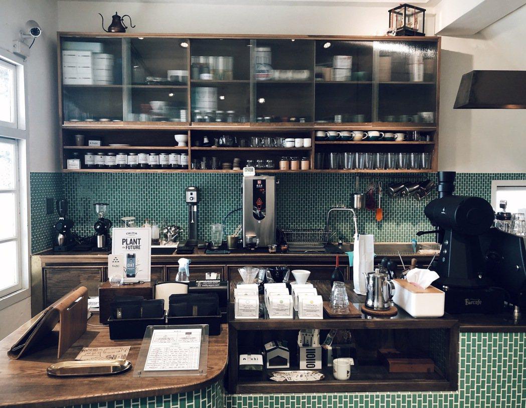 雙層老屋整理改造得好,咖啡吧台設計老派摩登,亦有理性沈著,墨綠馬賽克磁磚的選擇極...