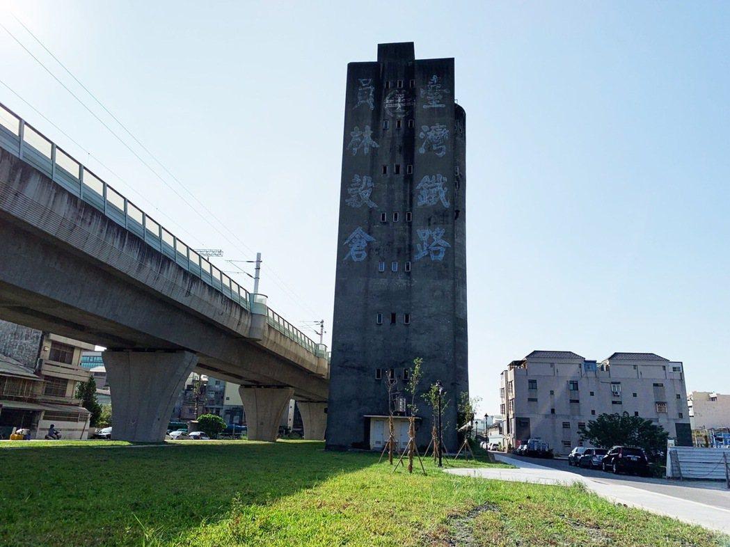 Subi老屋位在員林水利會旁,斜前方是頗有歷史但荒廢閒置的鐵路穀倉,戰後時期鐵路...