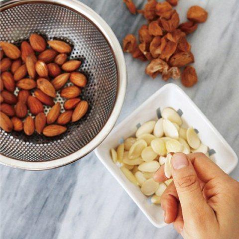 基本的發酵方式:去除杏仁果皮。 圖/台灣廣廈提供