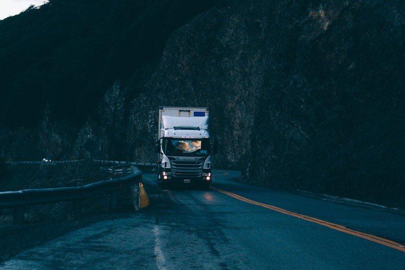 聯結車駕駛月薪高,但也有高工時、高風險的缺點。 圖/PIXABAY