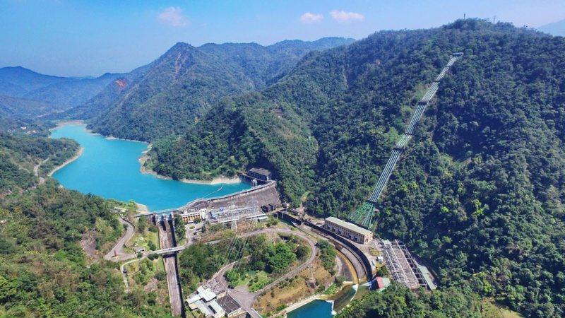大觀發電廠及明湖水庫是水里溪谷發電量最大的發電機組,5根發電鋼管已使用長達85年...