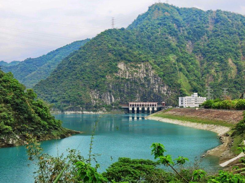 明潭發電廠下池湖水碧綠,是車埕上方美麗的水庫及發電機組,平常供遊客路過欣賞。 圖...