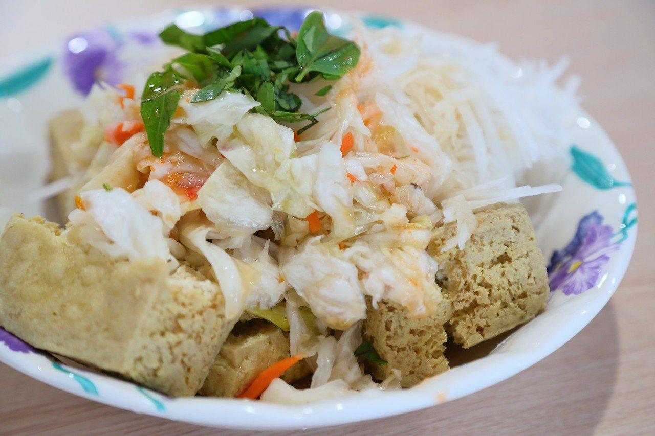 玉里橋頭臭豆腐進駐新天堂樂園,讓遊客就近吃得到美食。 圖/台開提供