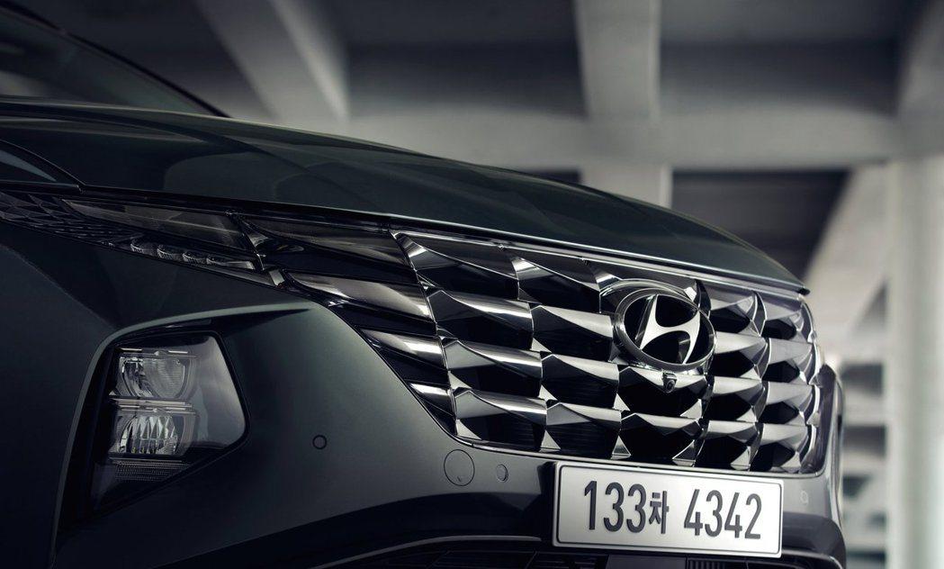 當車輛未啟動時,幾乎看不出隱藏在水箱護罩中的日行燈。 摘自Hyundai