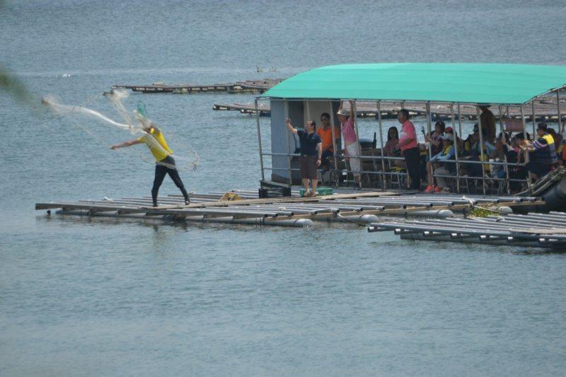 乘船遊台江內海,可觀賞漁夫張網捕魚。 圖/鄭惠仁 攝影
