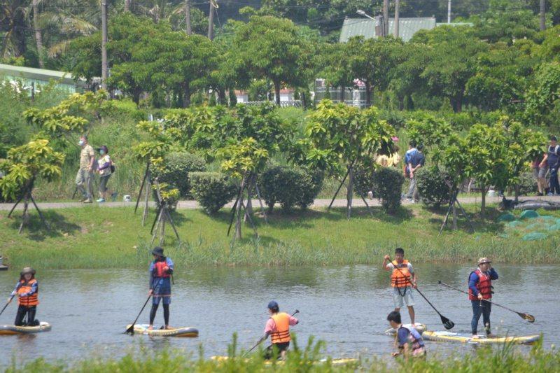 台江國家公園管理中心提供民眾體驗獨木舟。 圖/鄭惠仁 攝影