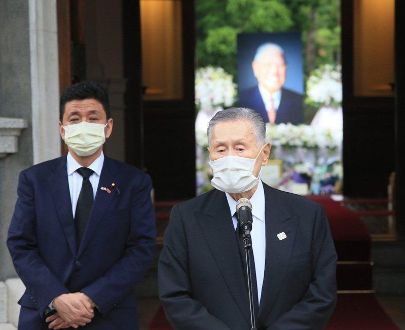 日本前首相森喜朗(右)日前率團到台北賓館弔唁前總統李登輝,日本首相安倍晉三的弟弟、前外務副大臣岸信夫(左)陪同發表談話。聯合報系記者潘俊宏/攝影
