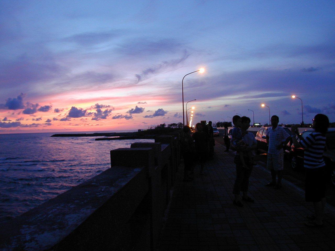 台南市四草大橋成了賞黃昏的新景點,民眾也拿出相機拍照,想留住霎那間的美景。  ...