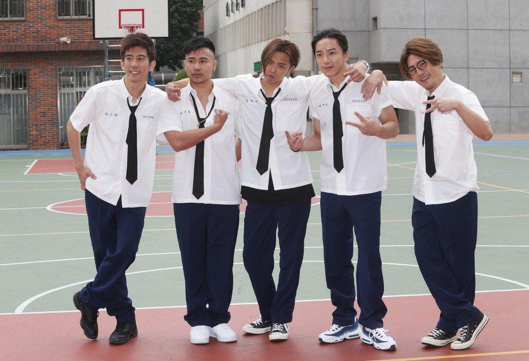 黃鴻升(小鬼)(中)當年發行「ALiEN」專輯新歌《我朋友》時,衛斯里(右一)、