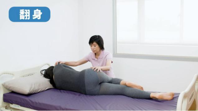 換紙尿褲時引導長輩共同出力翻身,可增強長輩的下肢、核心肌群及四肢協調性。 圖/包...