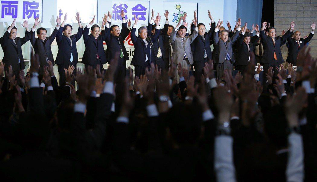 「我們之中出了背叛者....不過到底是誰啦?」圖為2012年的自民黨,當時安倍陣...