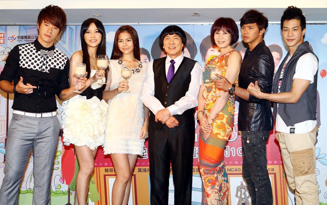 周丹薇(右三)當年演出「珍愛林北」,劇中合作演員豬哥亮(中)、小鬼(右二)如今卻